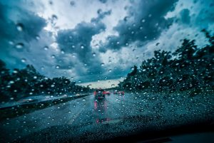 como conducir bajo la lluvia